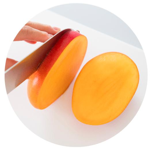 果肉の細い部分を立て、中心にある平らなタネを避けて3つにカット。